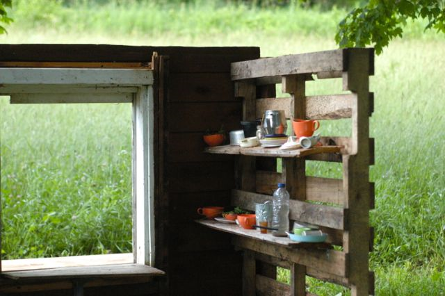 Make an upcycled pallet playhouse | Clean. www.lusaorganics.typepad.com